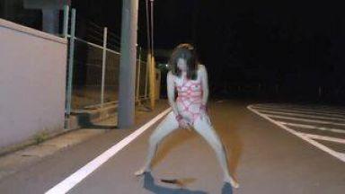 【激ヤバ】駐車場の真ん中で全裸オナニー?!こんなヤバイオンナが実在するとは…のthumbnail
