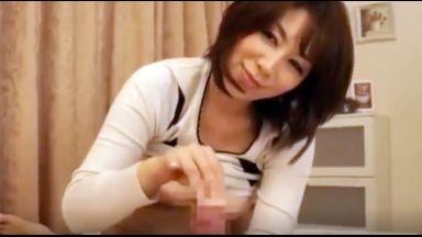 【熟女 翔田千里】「あなたこんなに成長してたのね・・・」息子のチ○ポが大きくなっているのをみて母はたまらずスロー手コキのthumbnail