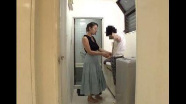 ☆熟女☆「自分のお洋服脱げる?」女社長の元にやってきたませガキ。風呂に入ることになり・・・「オッパイ触りたいな・・・」のthumbnail