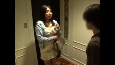 ♡「えっマユミさん?…おばさんだけどいいのタカシ君…♡」真面目な会社の同僚がデリ譲…中出しまでさせてくれちゃったのthumbnail