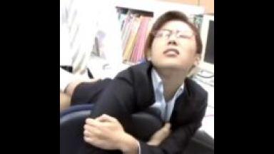 会社のオフィスでなにやってんの! インテリ眼鏡OLさんが、男性社員と猿交尾SEX。のthumbnail