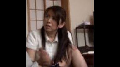 【桐島綾子】すごく大きいチンポ!教え子の巨根に興奮した家庭教師・・手に取ってお口でしゃぶり出す!のthumbnail