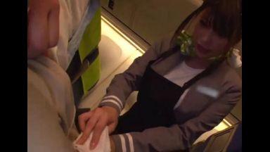 <レイプ>『えっ・・・こちらですか・・・?』機内サービスに来たCAさんに股間を拭かせ、ほくそ笑むDQN客!のthumbnail