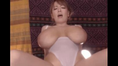 もはや特撮!Hitomiがレオタード姿で超乳を披露!のthumbnail